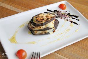 Kecskesajtos sült padlizsán selyemfű mézzel, dióval - 0,75 bistro, Bazilika, borbár étterem