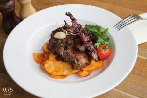 Konfitált tarja lecsós burgonyával, bacon chipsszel, konfitált fokhagymával - 0,75 bistro, Bazilika, borbár étterem