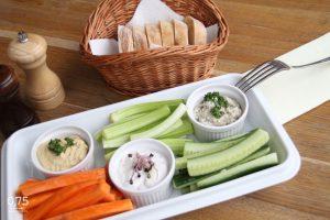 2 személyes krém válogatás (padlizsán, hummus, feta) zöldségekkel, frissen sült kenyérrel - 0,75 bistro Bazilika, borbár, étterem