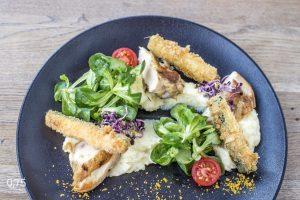 "Csirke ""supreme"" cheddar sajtos pürével, cukkini ropogóssal, madársalátával - 0,75 bistro | Bazilika | étterem | borbár"