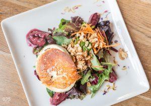 Grill kecskesajt vörösboros fügével, salátával, dióval - 0,75 bistro, borbár, étterem a Bazilika mellett