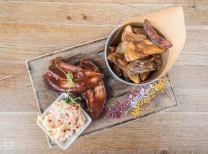 Smokerben sült BBQ malac császár coleslaw-val és házi sült burgonyával