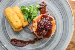 Argentín bélszín steak, grillezett kecskesajt, szedres burgundi mártás, snidlinges krokett - 0,75 bistro Bazilika, borbár, étterem