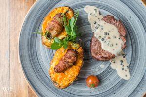 Argentín bélszín steak, jacket potato, borsmártás, baconbe grillezett jalapeno - 0,75 bistro Bazilika, borbár, étterem